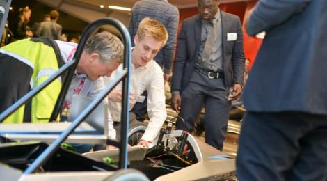 ロンドンの学生たち、FEスクールシリーズの準備万端